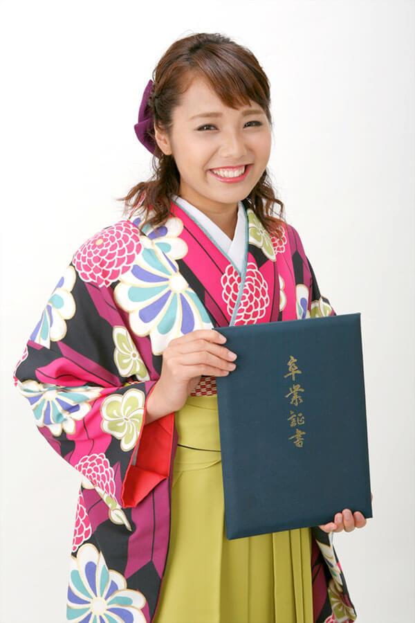 卒業袴と卒業証書の女子