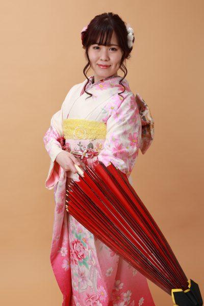 和傘でポーズ